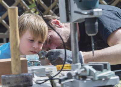 Marius (tv) går med stor iver til opgaven, da han sammen med Allan forvandler gamle skeer til nye kagegafler. Foto: Tim Riediger