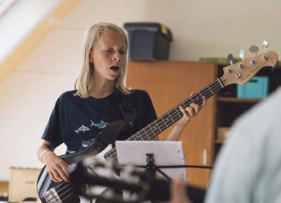 Rune nyder at være med til det musikalske tilbud på ugekurset. Foto: Tim Riediger